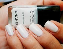 uñas blancas chanel